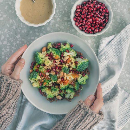 Brokkolisalat mit Linsen und Granatapfelkernen