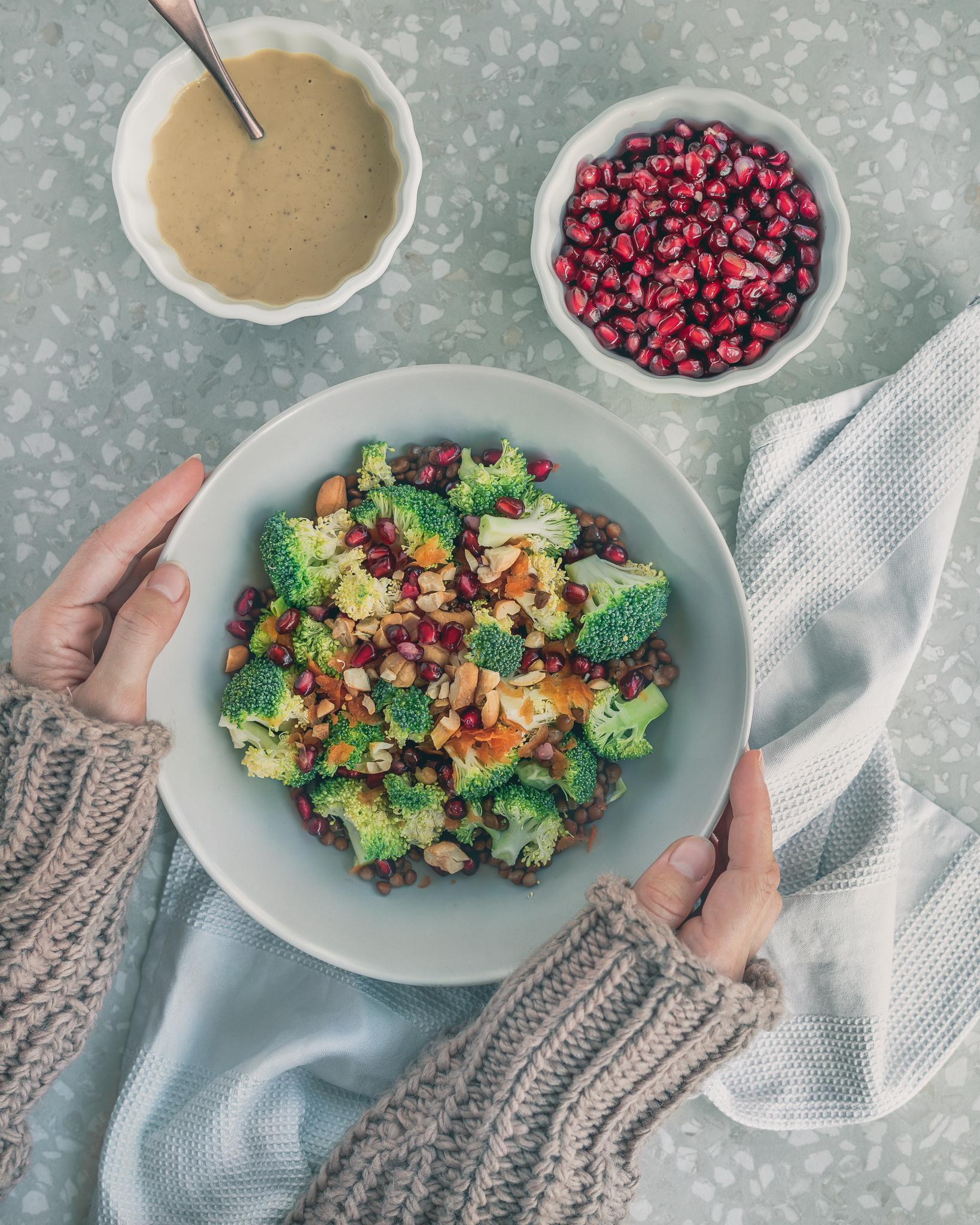 Frisch, fruchtiger Brokkoli Salat mit Linsen und Granatapfelkernen in der Follikelphase